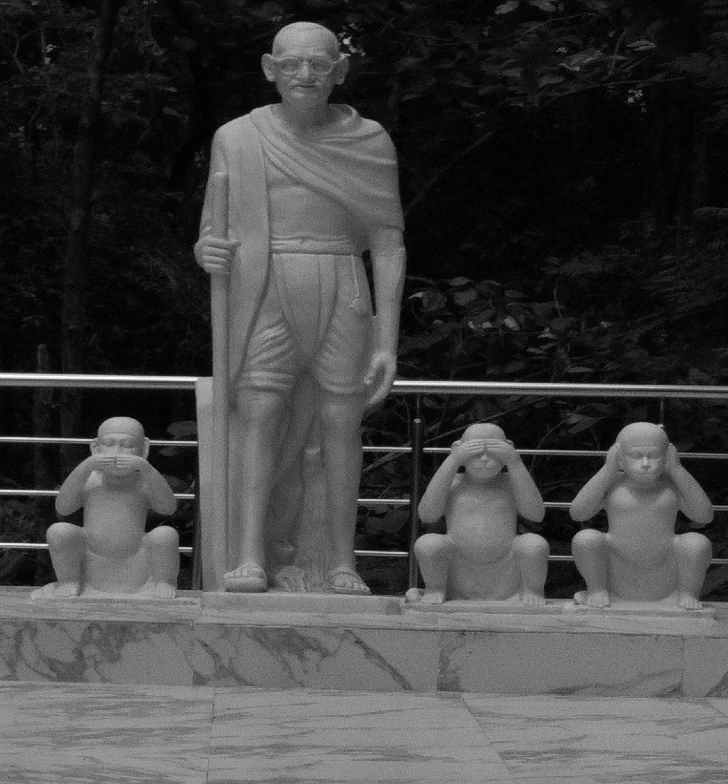 वाराणसी के राजघाट स्थित सर्व सेवा संघ परिसर में गांधी जी की प्रतिमा