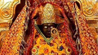 Photo of मंदिर में भगवान की मूर्तियों से बहता है पसीना