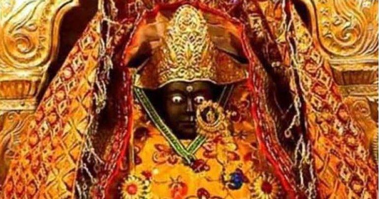 मंदिर में मूर्ति से निकलता है पसीना