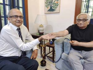 सुप्रीम कोर्ट के सजा सुनाने के बाद वरिष्ठ अधिवक्ता राजीव धवन के साथ प्रशांत भूषण
