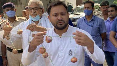 Photo of प्याज की माला लेकर बोले तेजस्वी- कीमतें 100 के करीब, जवाब दे सरकार
