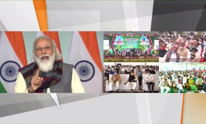 प्रधानमंत्री नरेंद्र मोदी मध्या प्रदेश के किसानों को सम्बोधित करते हुए