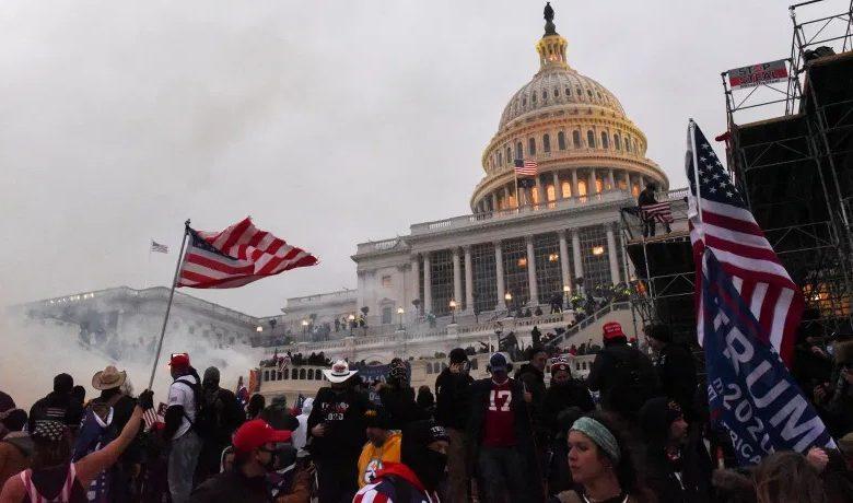 अमेरिका में संसद के बाहर ट्रम्प समर्थकों का हंगामा