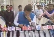 Photo of ममता के मंत्री बनर्जी  प्रेस कांफ्रेंस में रो पड़े